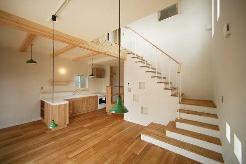 タイル貼り木製キッチンが映える内観