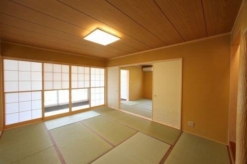天井板張りと雪見障子であたたかみのある和室