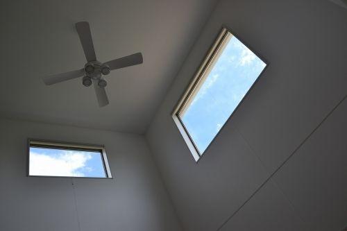 窓から映る水色の空がきれいです