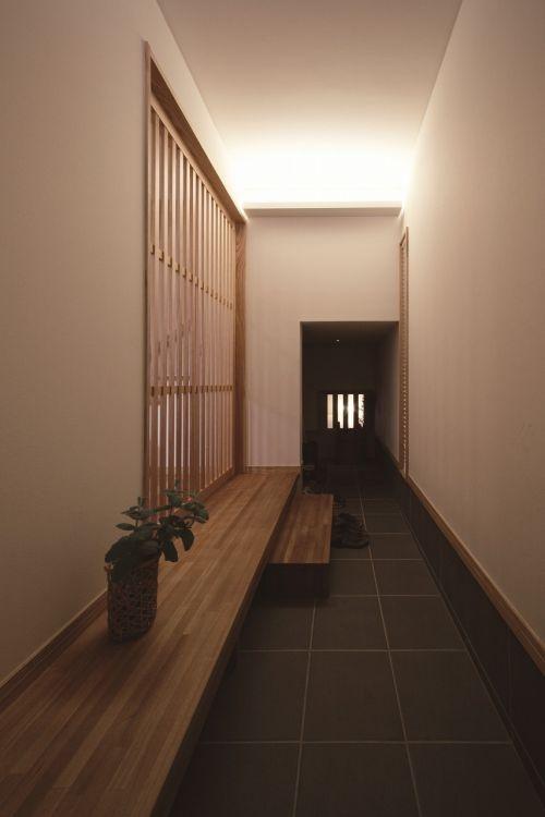 玄関は間接照明で落ち着いたおもてなしの空間
