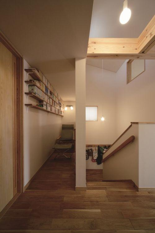 階段を上がったところの読書コーナー。たまには狭いところもいい