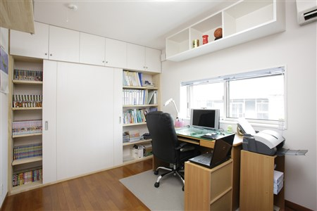 壁一面収納できるご主人の書斎スペース